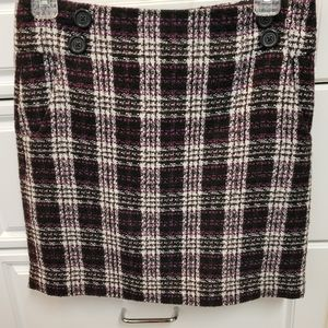 Tweed skirt with side zip and lined.